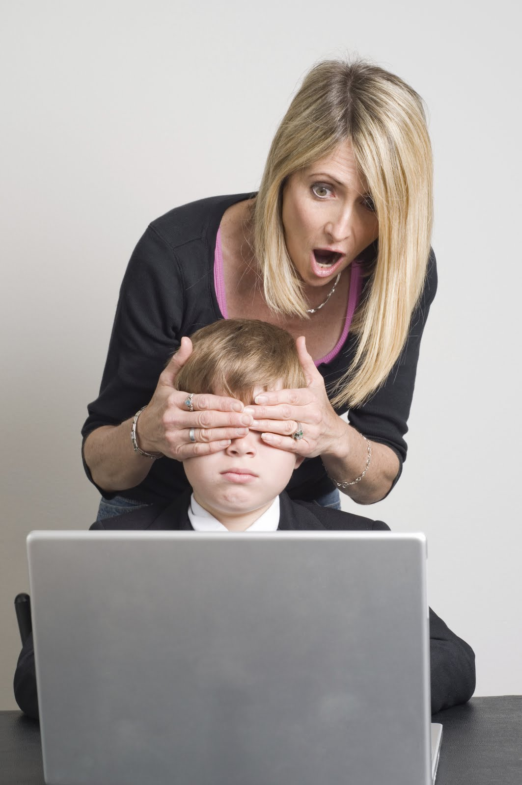 http://www.educaciontrespuntocero.com/familias-2/que-cosas-se-deben-evitar-para-que-los-ninos-esten-seguros-en-internet/17927.html