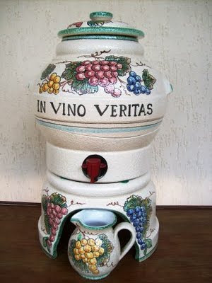 Una botte cosi elegante, fatta di ceramica e dipinta tutta a mano, sicuramente renderà il vino più gradevole agli occhi e più pregiato al palato. Ed è inoltre un ottima soluzione di come conservare e servire il vino a tavola. Non avrete più il p...