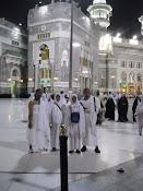 Jamaah bergambar di hadapan masjidil Haram