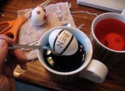 Как да украсим великденски яйца със стикери