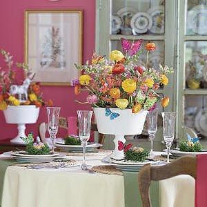 Великденска украса за маса с цветя и пеперуди