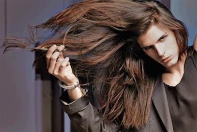 мъж дълга коса
