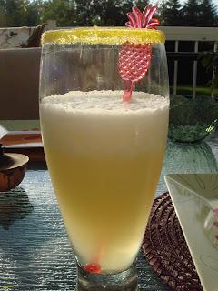 Suite de cadeaux ...Demandez ont vous l'offre - Page 8 Cocktail+%C3%A0+l,ananas
