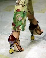 Desfila, peão! Até a moda é uma empresa. Tem que cumprir horário e tem que trabalhar, trabalhar e trabalhar!