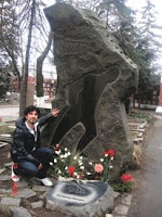 Press released photographs of Tarkan at Hikmet's gravestone at the Novodevichy Cemetery in Moscow