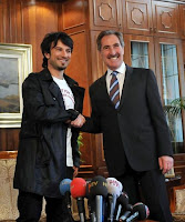 Tarkan shakes hand with Turkish minister for culture and tourism in Ankara, April 2009