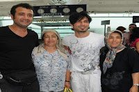 Tarkan taking pictures with fans before flying to Egypt