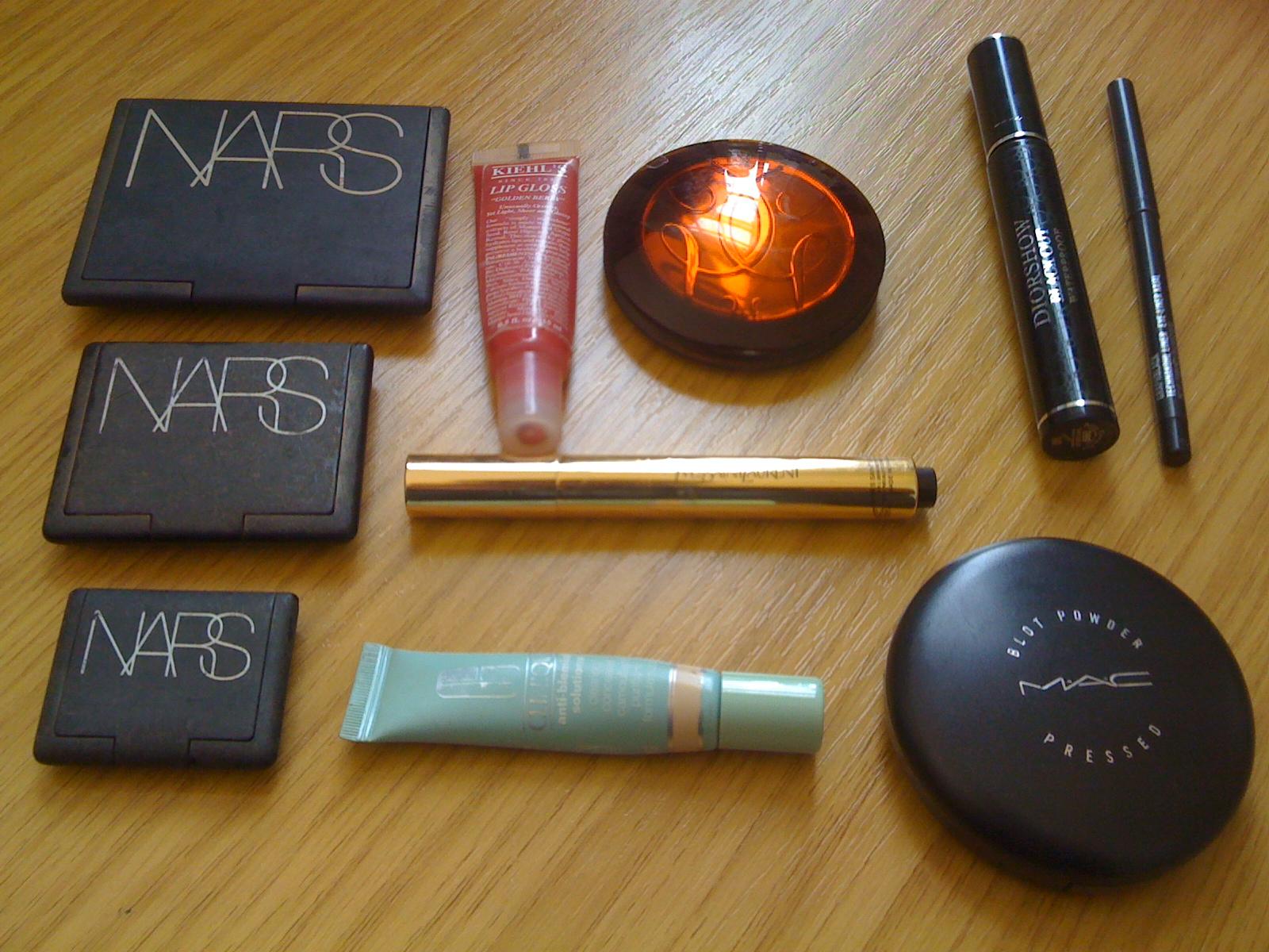 http://4.bp.blogspot.com/_KBhDQ30WhFo/TKsRnLjJlBI/AAAAAAAAAgw/GYaFiAh6V9E/s1600/make+up+bag.jpg