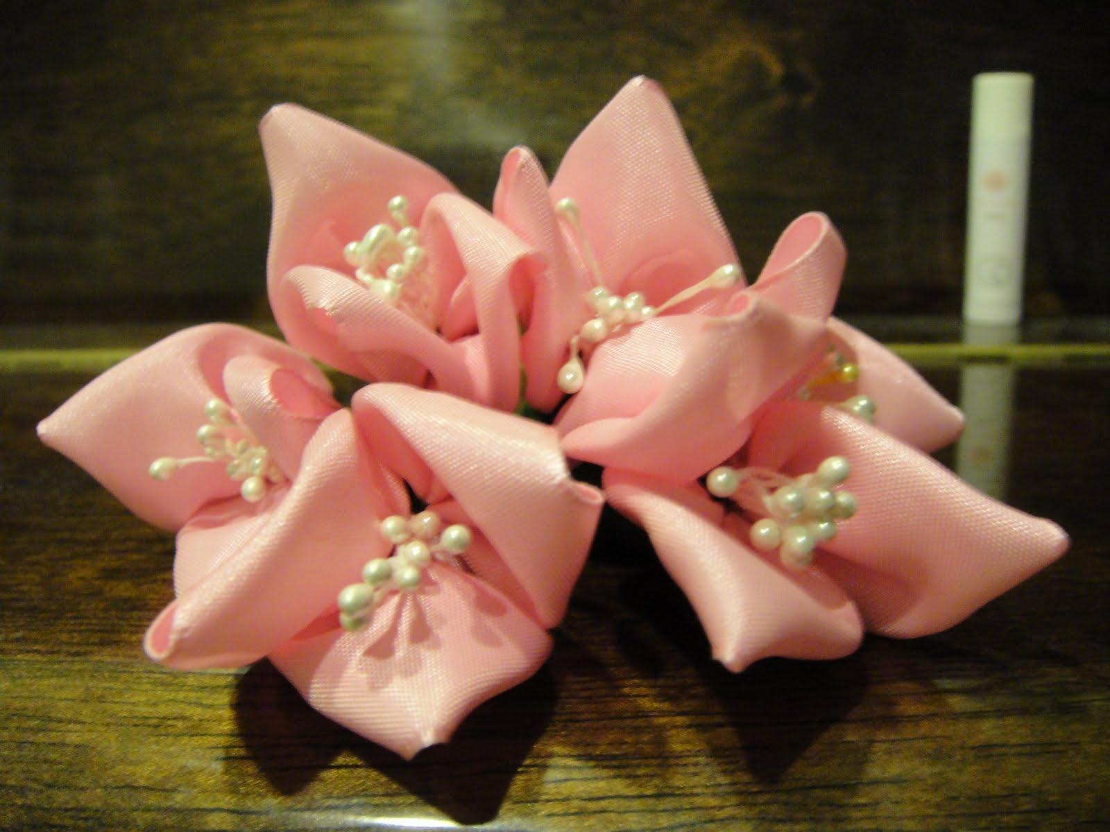 ambil reben buka buku bunga reben dan inilah hasilnya bunga kertas
