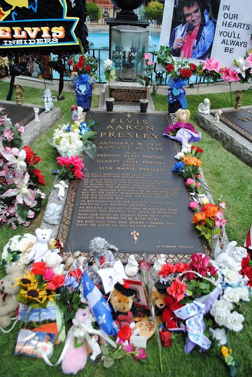 anch'io sono qui a fotografare, come tutti, la tomba di Elvis
