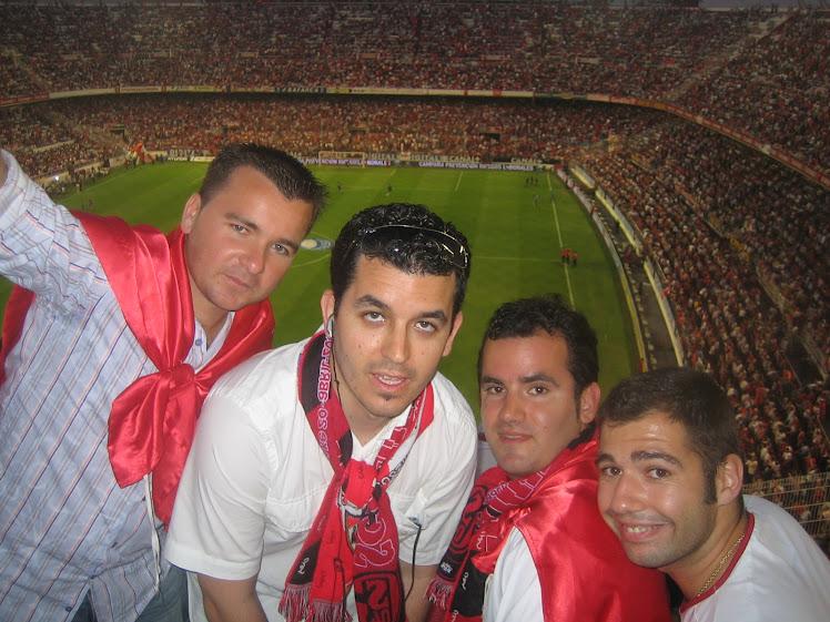 Viendo el fútbol con mis amigos