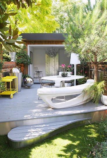 pequeño jardín con tarima madera