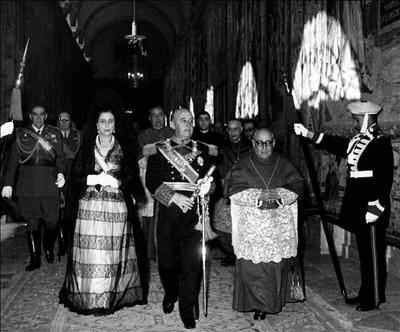 La mantilla española - Página 5 Franco,+Carmen+Polo,+y+cardenal+primado+Enrique+Pl%C3%A1+y+Deniel+tras+recibir+Gran+Collar+Orden