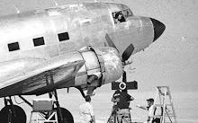 Un Douglas C-47 Skytrain aparcado en la entrada del observatorio espera su turno...