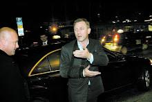 A su llegada a Estocolmo Suecia, Daniel Craig no puede firmar autógrafos por una lesión...