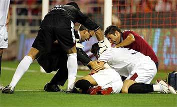Antonio Puerta atendido em campo