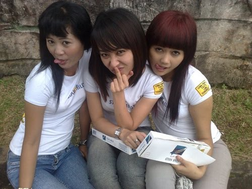 indonesian-poor-naked-girl-mother-daughter-threesome