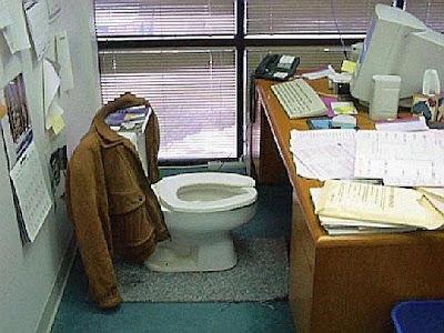 Mesa onde a cadeira foi substituída por um vaso sanitário.