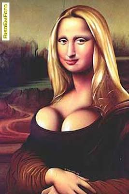 Mona Lisa de Da Vinci, alterada com Photoshop para ter peitos siliconados e cabelos loiros.