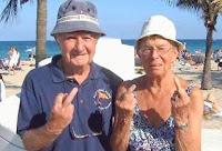 Casal de idosos faz gesto obsceno.