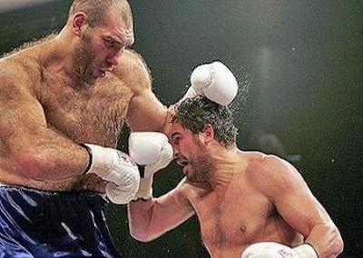 Esporte: Lutador de Boxe Gigante (Golias) enfrenta um bem menor (David).