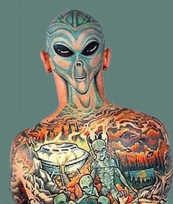 Homem com a cabeça e as costas cobertas por tatauagens.