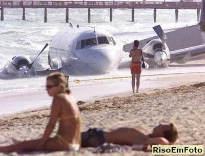 avião caído na praia