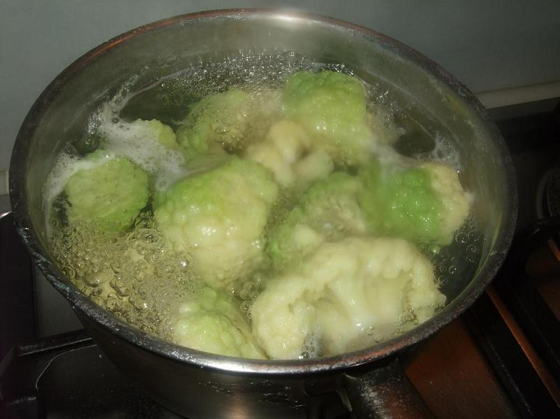 Boiling the green cauliflower