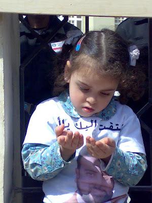 تري ..؟؟؟؟!!!!هل يرد الله دعائها
