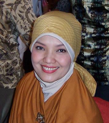 Ratih Sanggarwati model dan senior peraga busana cantik berjilbab calon bupati Ngawi