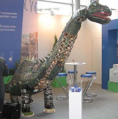 Dinosaurio hecho con componentes de ordenador