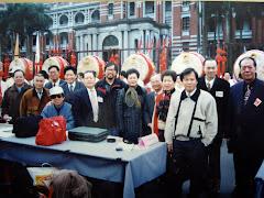 88由書法學會理事長張奇才率團總統府前春聯揮毫