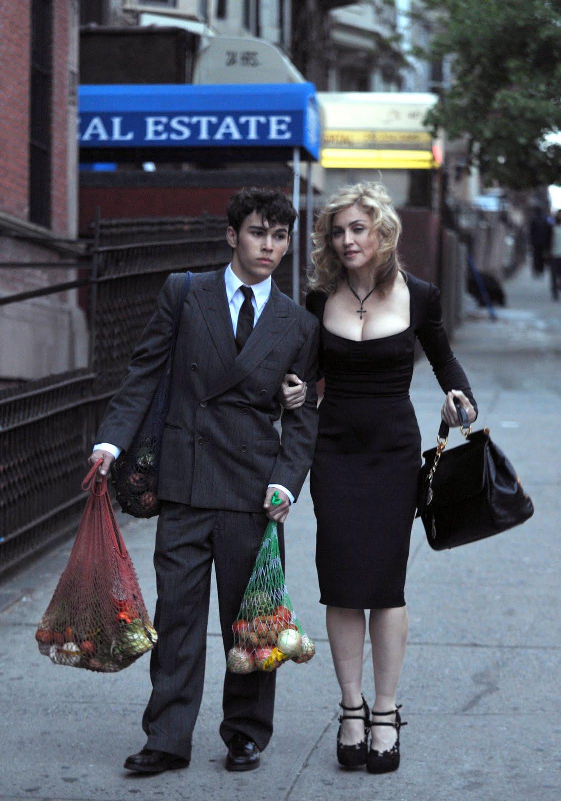 http://4.bp.blogspot.com/_KTqLxxzc3H0/S9WNSfUje3I/AAAAAAAANAM/_AhYEA9nJ7E/s1600/86JDFSILIR_Madonna_Shoots_for_Dolce__Gabbana_Fall_2010_Campaign_002.jpg