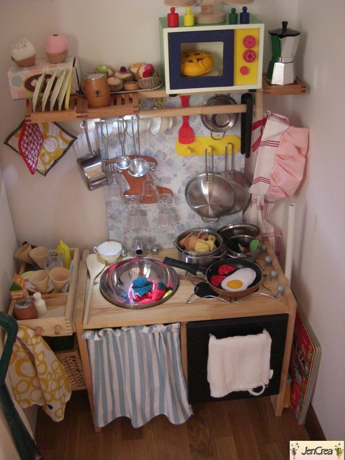 Jen crea creazioni di tutto e un p la cucina giocatollo realizzata da un comodino ikea - Crea cucina ikea ...
