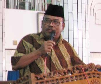 Disaksikan sekitar 2.000 jamaah LDII KH. Abdi Manaf MM memberikan ...