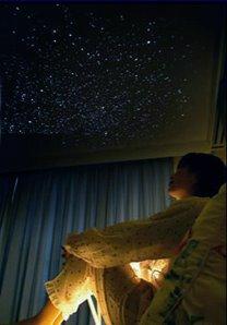 Dormitorio con techo de estrellas