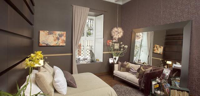 dormitorio con espejo frente a la cama