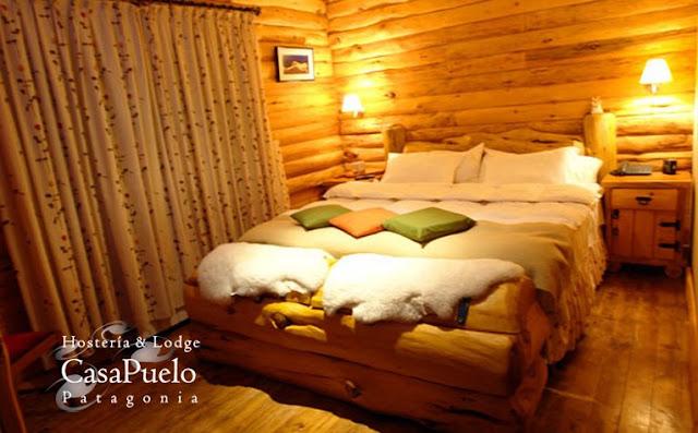 Hermoso dormitorio rustico al estilo de una cabaña