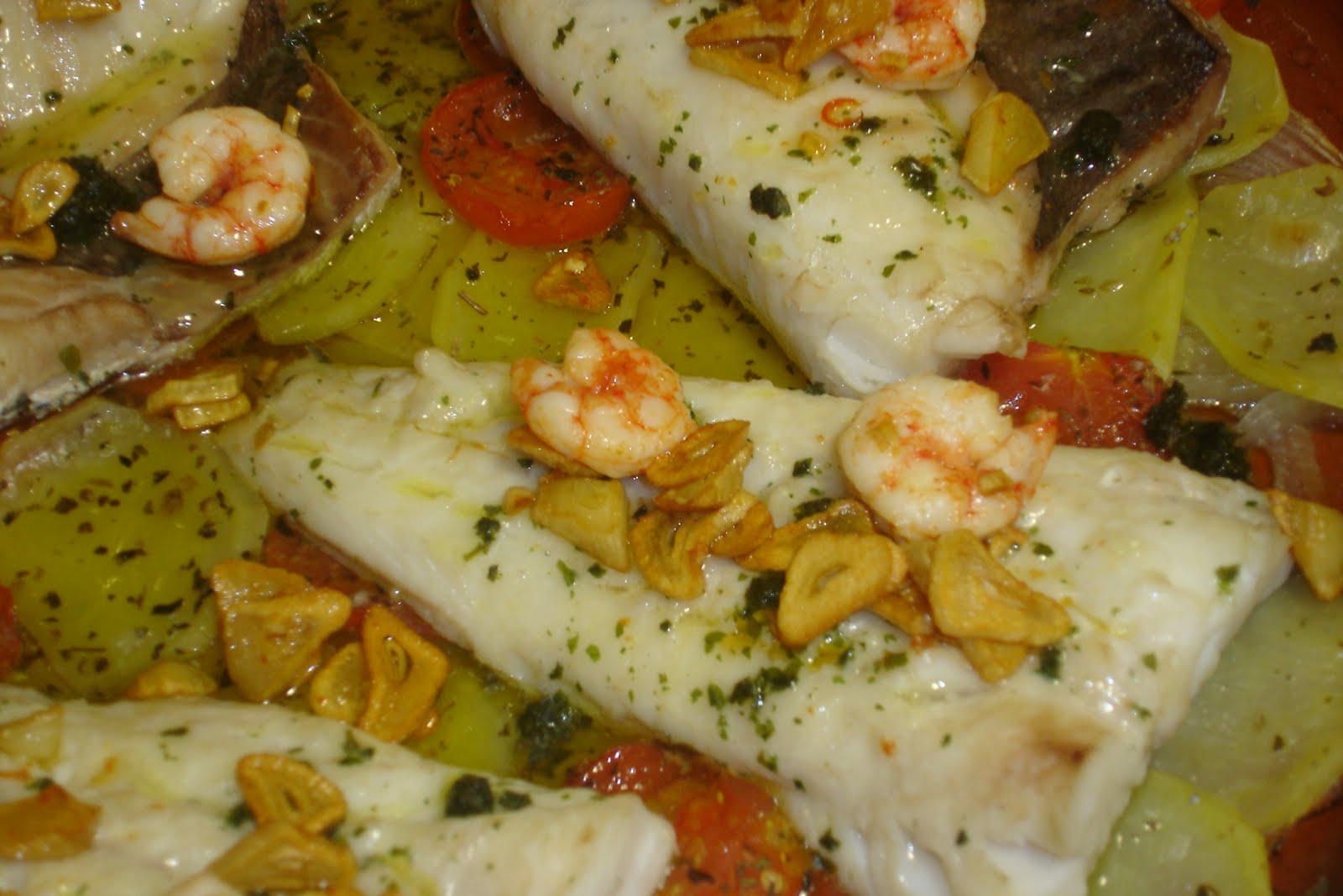 Las recetas de domi merluza al horno regada con gambas al for Cocinar gambas al horno