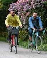 Ulkomaalaisia pyöräilijöitä Vantaanjoen varressa