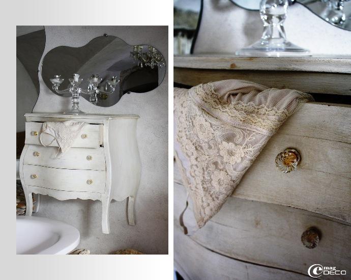 Détail d'une commode accrochée au mur, salle de bain de la chambre Dolce Vita