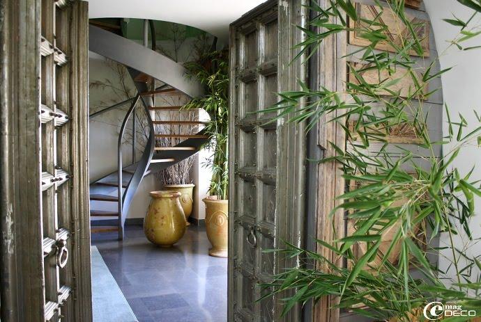La chambre Les Orgues dans l'entrebâillement de vieilles portes indochinoises