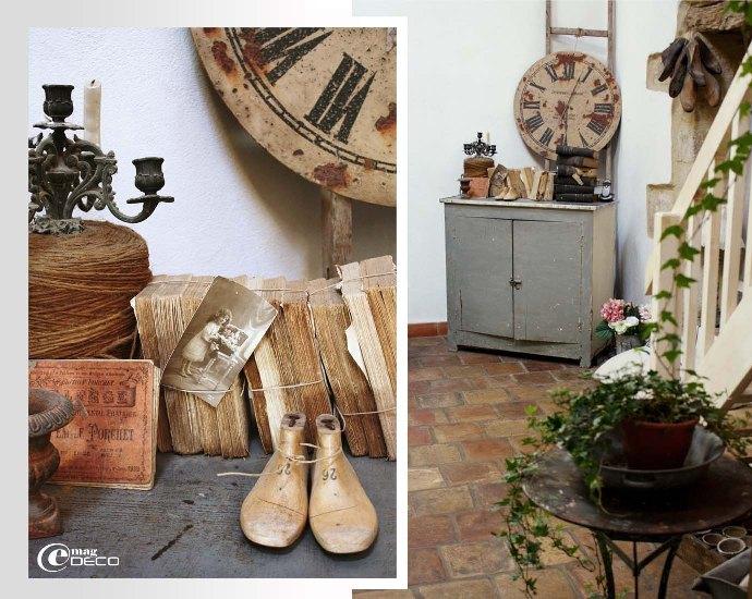 Détail du salon, vieille horloge industrielle et vieux livres