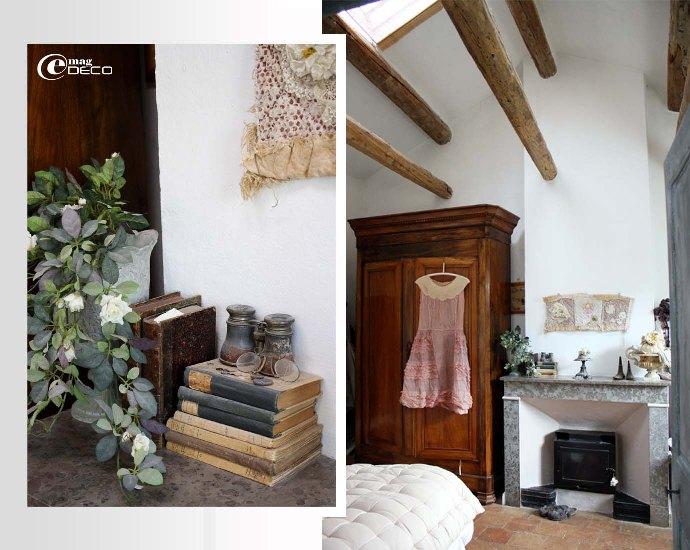 Chambre sous toiture en bâtière avec poutres apparentes