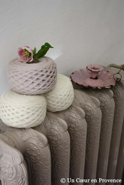 Pelotes de laine posée sur un vieux radiateur en fonte