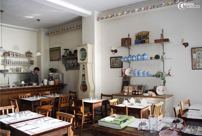 Intérieur du salon de thé «Mamie Gâteaux» à Paris