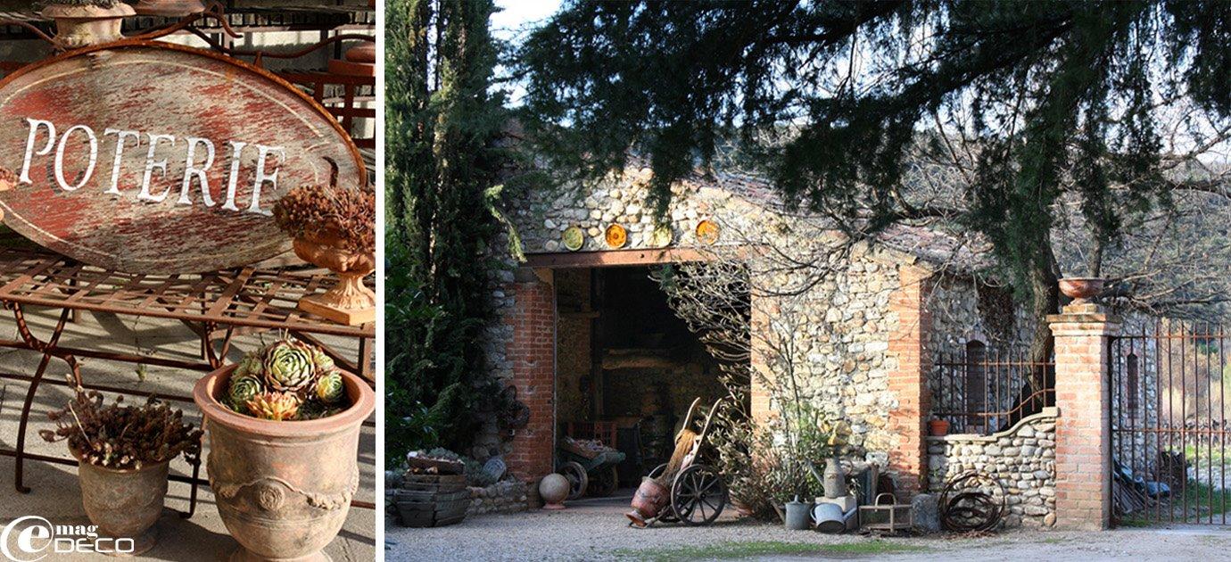 L'enseigne de la poterie et la boutique au fond du jardin