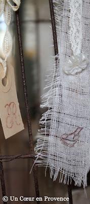 Ruban de lin effiloché imprimé d'un oiseau et pampille de verre