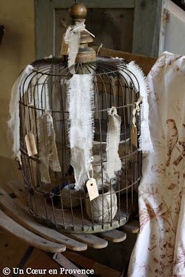 Cage ronde ancienne décorée de rubans de lin