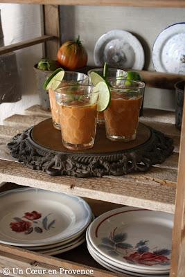 Dans un vieux garde-manger, je mets en scène de la vieille vaisselle et mes gaspacho sortis du frais